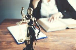 adwokat pełnomocnik pokrzywdzonego analizujący akta sprawy i przepisy