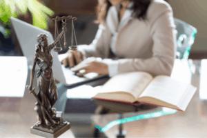 dlaczego warto korzystać z pomocy adwokata